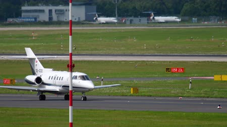 prive jet : Hawker Beechcraft taxiing before departure