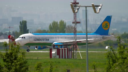 oezbekistan : Uzbekistan Airlines Airbus A320 at start position before departure Stockvideo