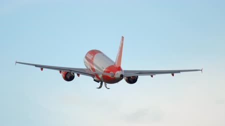 turns off : EasyJet Airbus 320 departure Stock Footage