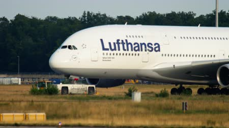 eend : Towing Lufthansa Airbus 380 Stockvideo