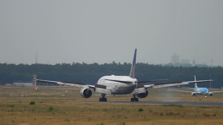 Франкфурт : United Airlines Boeing 777 landing