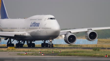 urychlit : Boeing 747 taxiing before departure