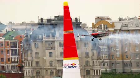 Бен : Racing airplane on track