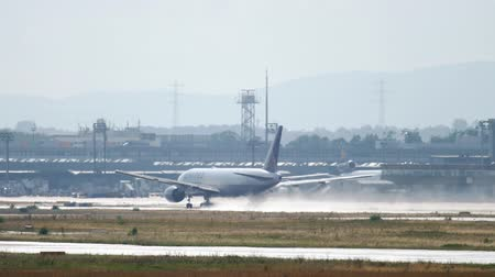 off : United Airlines Boeing 777 departure