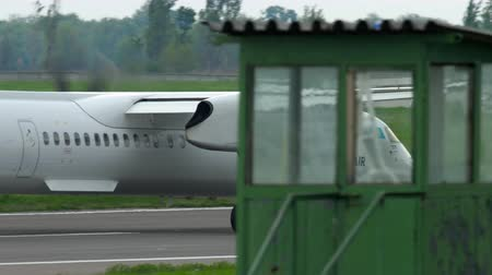 праздник : Turboprop airplane braking Стоковые видеозаписи