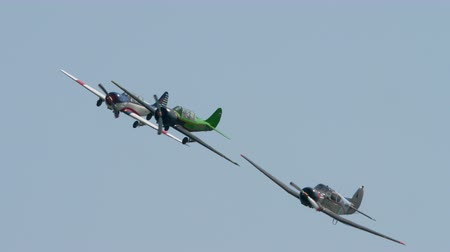 アクロバティック : Sport planes Yakovlev family performance group aerobatic flight