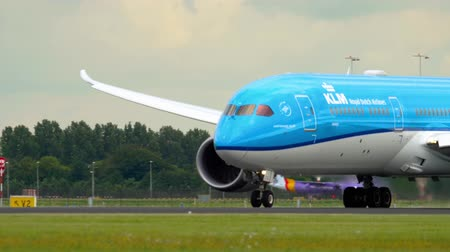 urychlit : KLM Dreamliner accelerate before take-off