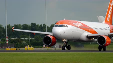 take off : EasyJet Airbus 320 departure Stock Footage