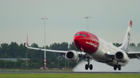 lluvioso : Salida de Boeing 737 de Norwegian Airways