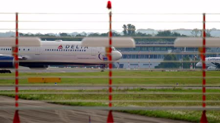 futópálya : Airplane taxiing after landing Stock mozgókép
