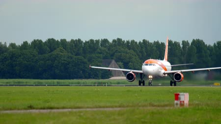 géiser : EasyJet Airbus 320 departure Stock Footage