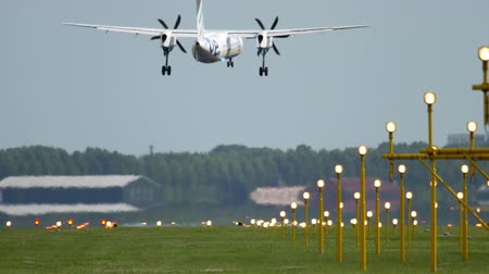 гражданский : Turboprop airplane landing