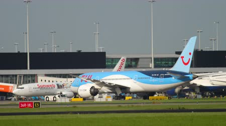 гражданский : TUI Fly Dreamliner pushing back