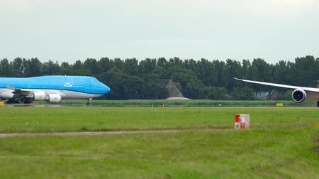 turns off : KLM Dreamliner accelerate before take-off