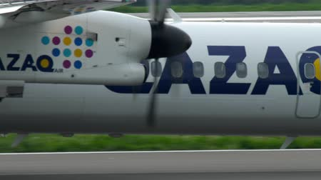 kazahsztán : Turboprop airplane braking Stock mozgókép
