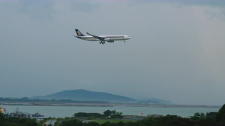 aanpak : Airbus A330 Singapore Airlines approaching Stockvideo