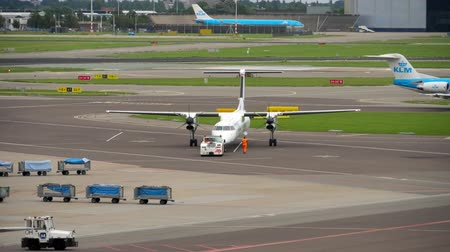 gêmeo : flyBe Bombardier Dash 8 Q400 towing before departure
