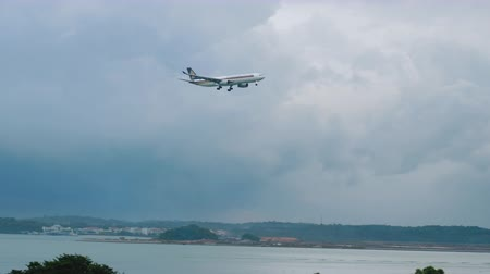 penacho : Airbus A330 Singapore Airlines approaching Archivo de Video