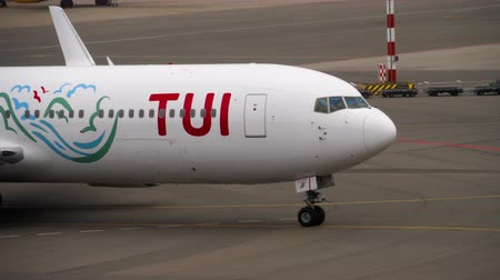 ams : TUI Fly Boeing 767 taxiing after landing