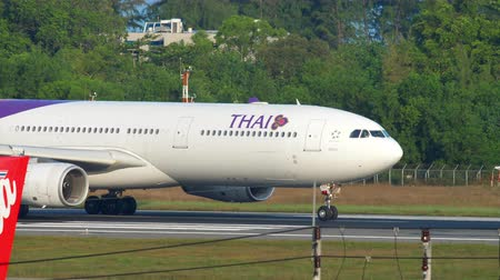 hava otobüsü : Thai Airways Airbus 330 departure Stok Video