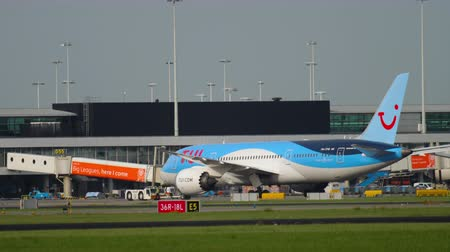 消す : TUI Fly Dreamliner pushing back