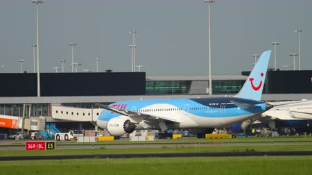 tow : TUI Fly Dreamliner pushing back