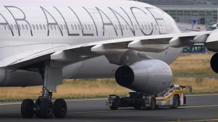 lufthansa : Airbus 340 towing from service