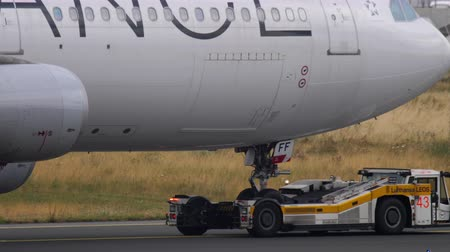 eend : Airbus 340 towing from service