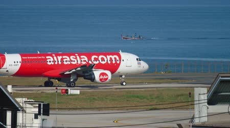 runway : AirAsia Airbus A320 taxiing