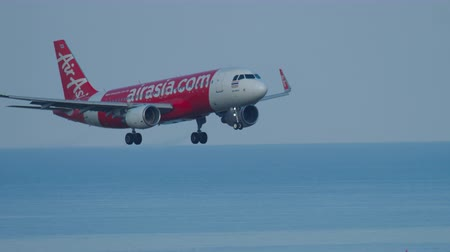aanpak : Airbus 320 approaching over ocean