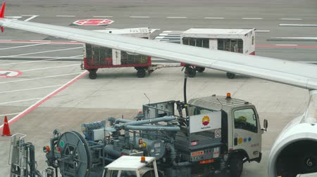 tankowanie : Refueling the aircraft in Singapore Airport