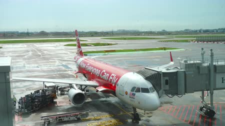 singapur : AirAsia Airbus 320 boarding Stok Video