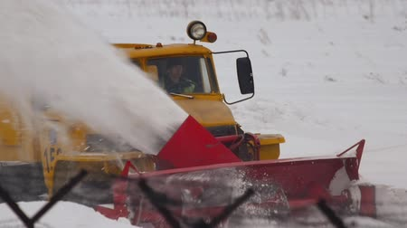 buldozer : Snowplow clears the runway