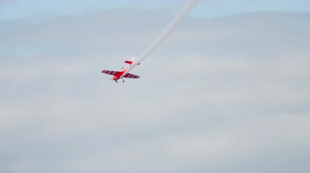 ekstra : World champion performs aerobatics
