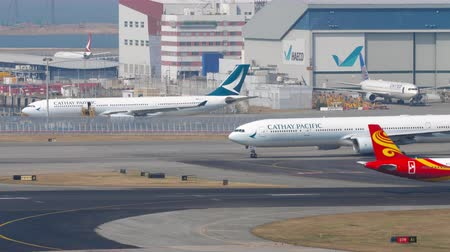 bilet : Traffic at Chek Lap Kok International Airport, Hong Kong Stok Video