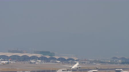 aeroespaço : Airplane departure from Chek Lap Kok International Airport, Hong Kong