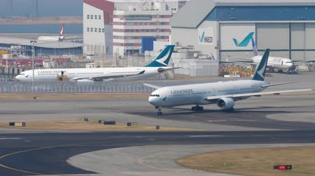 aeroespaço : Airplane turn ranway before departure from International Airport, Hong Kong Vídeos
