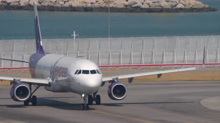 bilet : Airbus A321 turn ranway before departure from International Airport, Hong Kong Stok Video