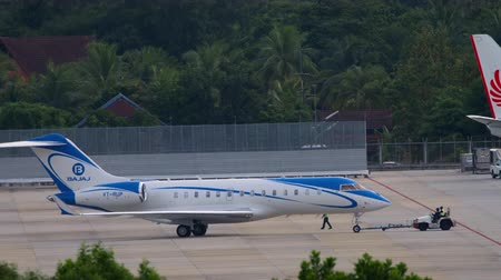 hava otobüsü : Private airplane towing in Phuket airport