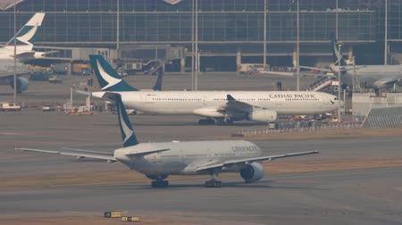 aeroespaço : Boeing 777 Cathay Pacific taxiing after landing Vídeos