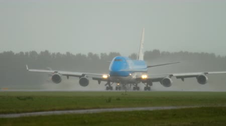 regnen : KLM Boeing 747 accelerate before departure