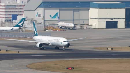 bilet : Airplane turn ranway before departure from International Airport, Hong Kong Stok Video