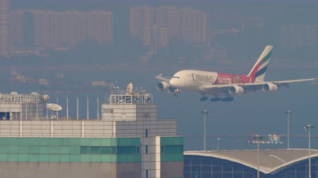 rehberlik : Airbus A380 approaching in Hong Kong intrenational airport