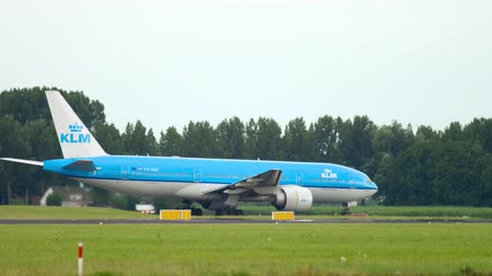 gyorsul : KLM Boeing 777 taxiing before departure Stock mozgókép