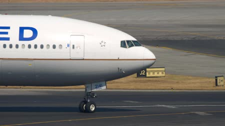 bilet : Boeing 777 United Airlines on International Airport of Hong Kong Stok Video