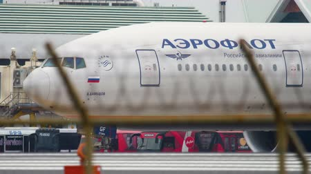 ускорять : Airplane taxiing before departure