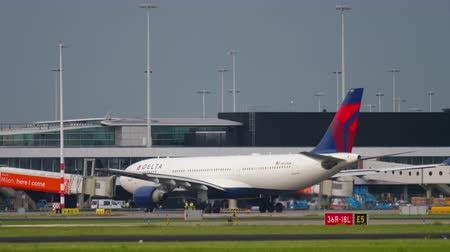 аэробус : Delta Airlines Airbus 330 taxiing