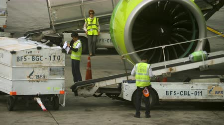 fazer upload : Uploading luggage onboard the aircraft