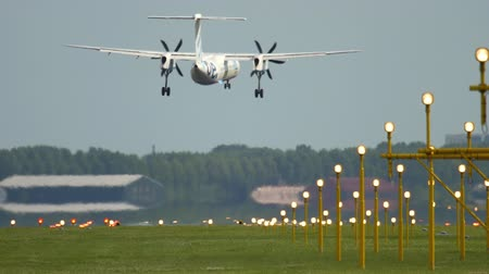 пропеллер : Turboprop airplane landing