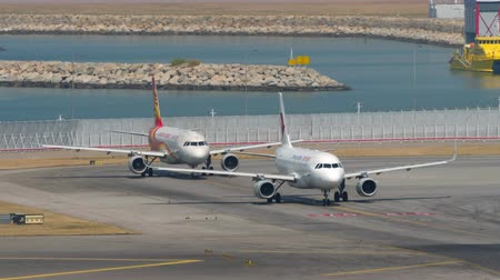 aeroespaço : Airplanes waiting start before departure from International Airport, Hong Kong